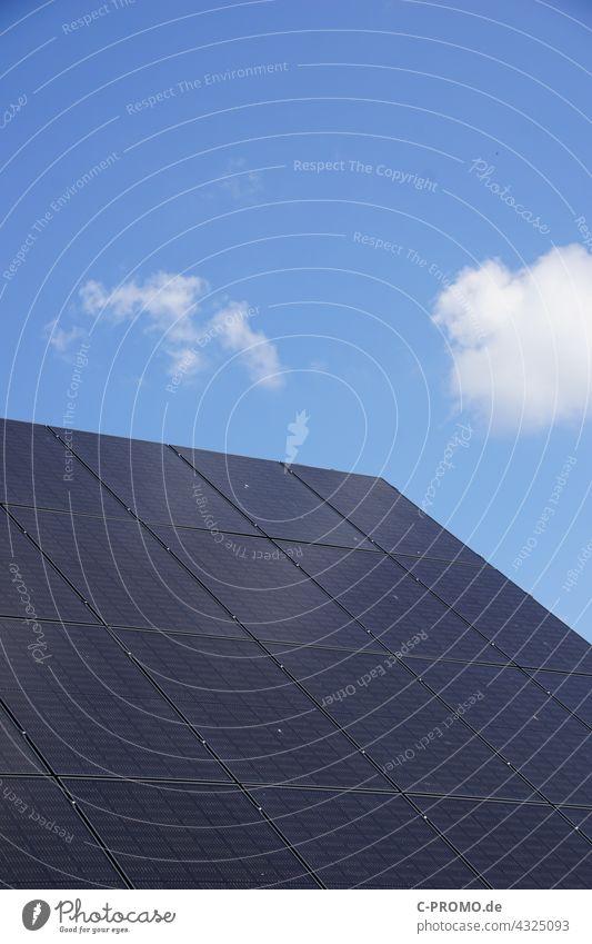 Solaranlage Solarzelle Photovoltaikanlage himmel wolcken Energiegewinnung regenerativ Naturstrom grüne energie Dach Eigenheim Erneuerbare Energie