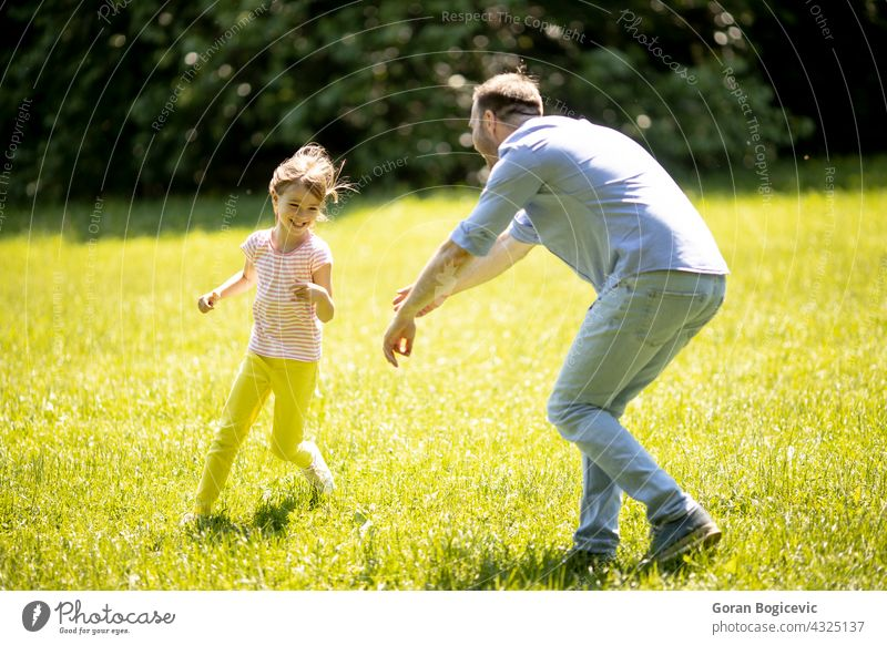 Vater jagt seine kleine Tochter beim Spielen im Park heiter wenig rennen Menschen im Freien Familie Nachkommen Papa Glück Kindererziehung Lächeln Mädchen Liebe