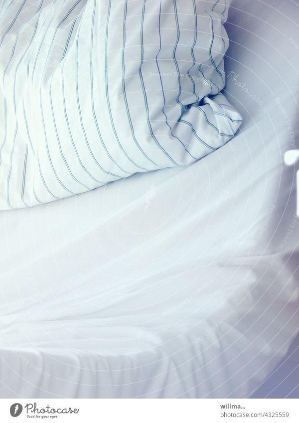 besetzt |ein belegtes krankenhausbett. ungarniert. Krankenhausbett Klinikbett Bett leer kissen Pflegeheim Pflegebett