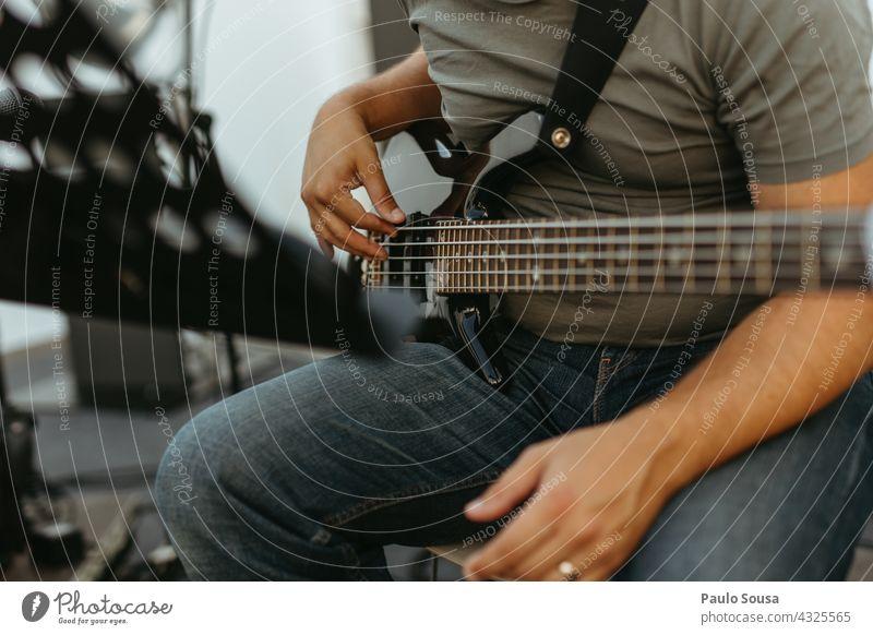 Mann spielt Bassgitarre Bassist Streichinstrumente Musik Musiker Musikinstrument Hand musizieren Elektrobass Rockmusik Klang Gitarre Konzert Kontrabass Saite