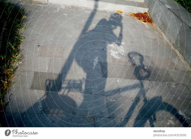 Schatten eines Radfahrers beim Fotografieren Fahrrad Sport Fahrradfahren Straße Transport Person Freizeitaktivitäten im Freien horizontal Zyklus Aktivität