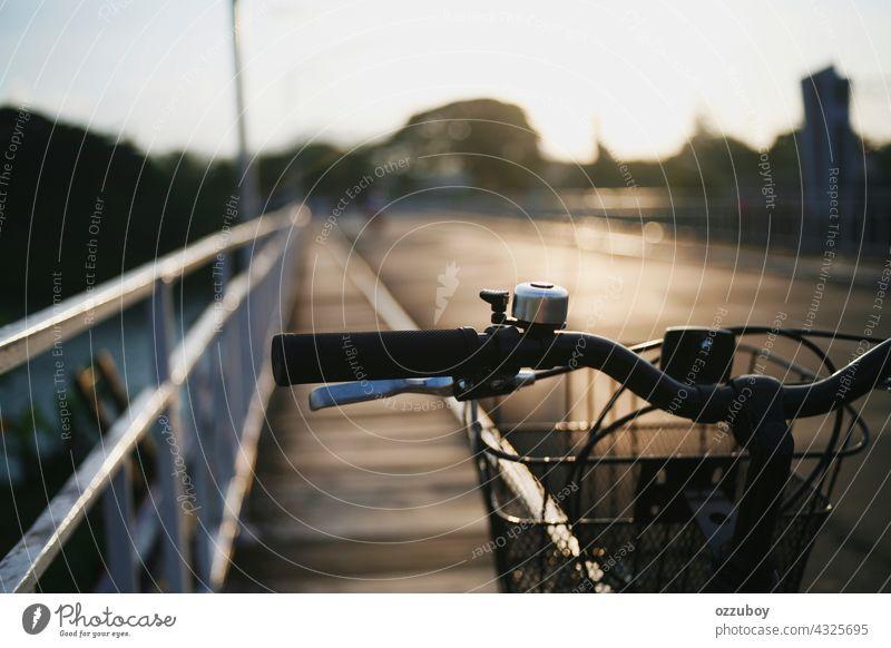 Fahrradlenker Nahaufnahme Handgriff Sommer Sport Hintergrund reisen Mitfahrgelegenheit Verkehr Bar schließen Lifestyle im Freien Zyklus altehrwürdig Design
