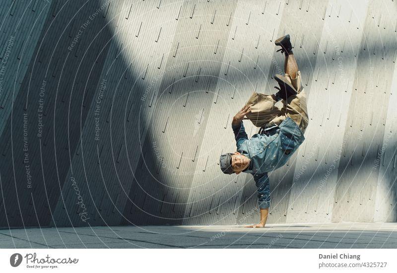 Männer tanzen auf dem Boden mit Sonnenlicht Tanzen Brechen Sonnenuntergang jung Teenager Junge Lifestyle lässig Porträt im Freien gutaussehend Blick Model ernst