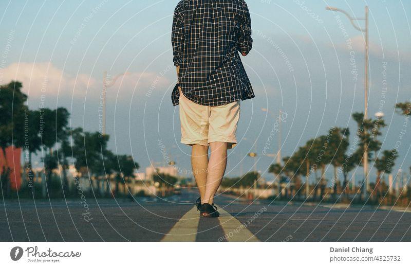 Spaziergang in der Mitte der Straße laufen Streetlife Wege & Pfade Fußgänger gehen Regie eine allein Stimmung stimmungsvolle Atmosphäre Außenaufnahme Außenseite