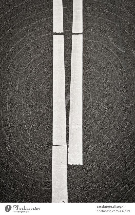 Teilung Verkehrswege Straße Autobahn Schilder & Markierungen Linie dunkel einfach kalt lang unten Stadt schwarz weiß Ordnungsliebe sparsam Fernweh Enttäuschung