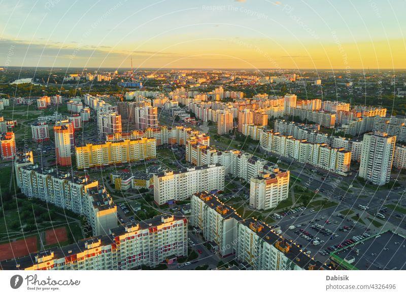 Luftaufnahme eines städtischen Wohnviertels bei Sonnenuntergang Stadt Großstadt Straße Architektur Antenne Gomel weißrussland Gebäude Stadtbild Land