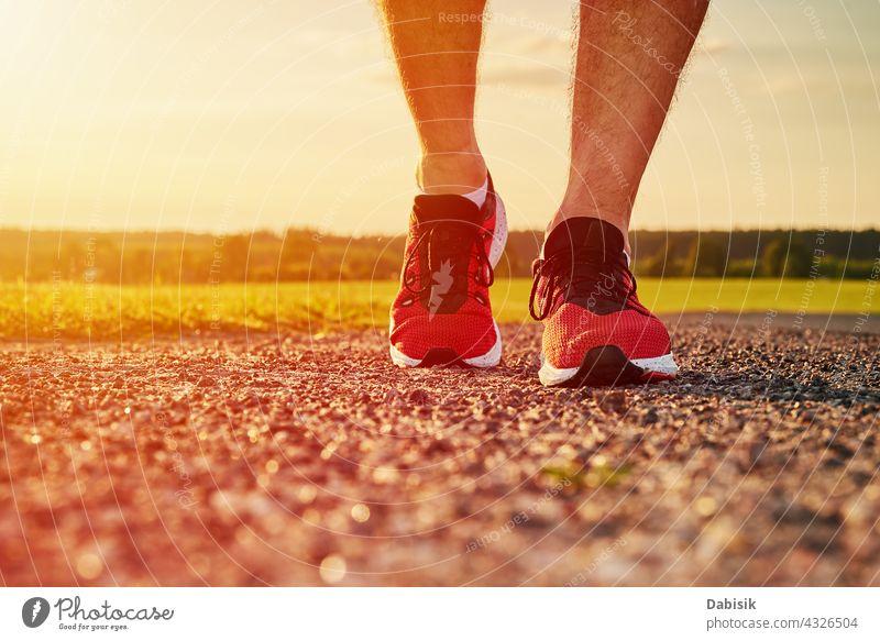 Läufer Mann Füße auf der Straße bei Sonnenuntergang laufen joggen Turnschuh Sport rennen Fuß Fitness Training Joggen Sportler Sommer im Freien Natur Wetter