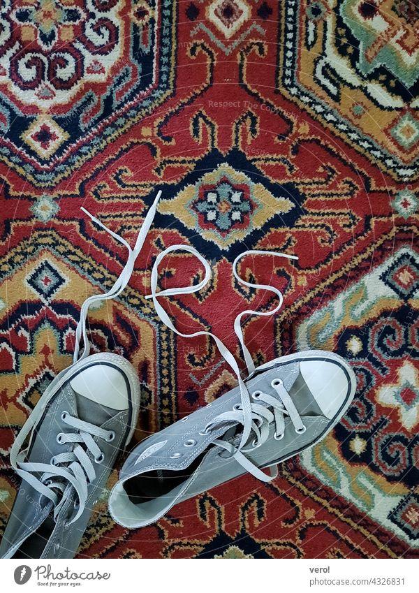 YES, Schuhe, Teppich Vogelperspektive Farbfoto Menschenleer Innenaufnahme Jugendlich urban sportlich Schnürsenkel retro ausgelatscht abgenutzt Treter Turnschuhe