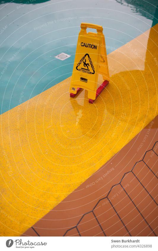 Caution Schild auf rutschigem Untergrund Warnschild caution Schiffsdeck Kreuzfahrt Regen Achtung Hinweisschild Schilder & Markierungen Menschenleer Warnung