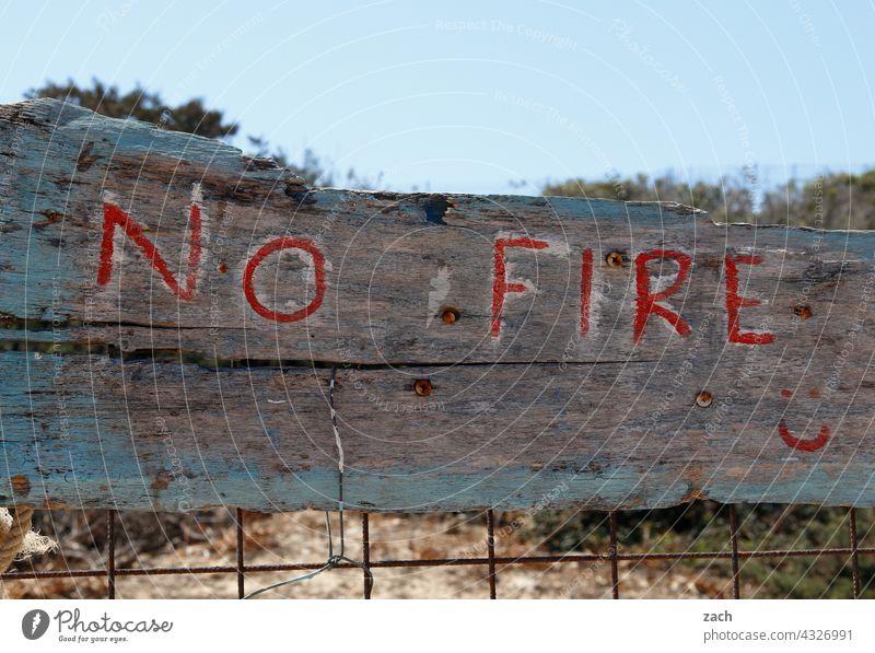 No Fire Kykladen Griechenland Insel Gebäude koufonissi Ägäis Mittelmeer Feuer Waldbrand waldbrandgefahr Natur Verbote Verbotsschild verboten