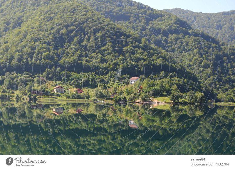 Spiegelung I Natur grün Wasser Erholung Landschaft ruhig Haus Wald Ferne See Idylle Zufriedenheit Seeufer Hügel Bucht Dorf