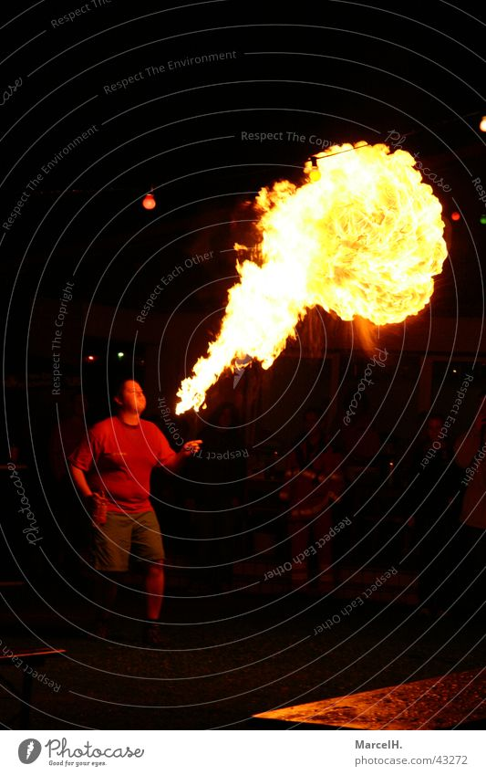 Feuerspucken Silvester u. Neujahr Party Explosion Knall rot Menschengruppe Feuerwerk Feste & Feiern Bums Brand