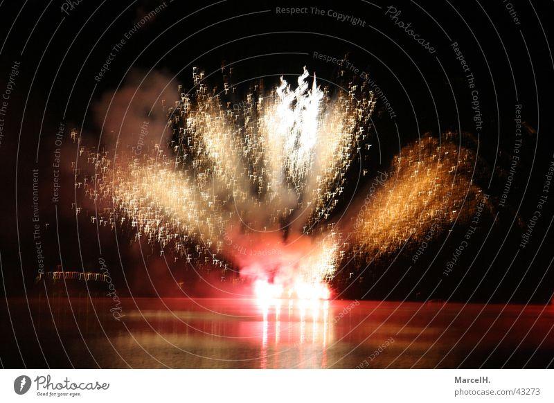Feuerwerk 3 Silvester u. Neujahr Party Explosion Knall rot Wasser Spieglung Feste & Feiern Bums