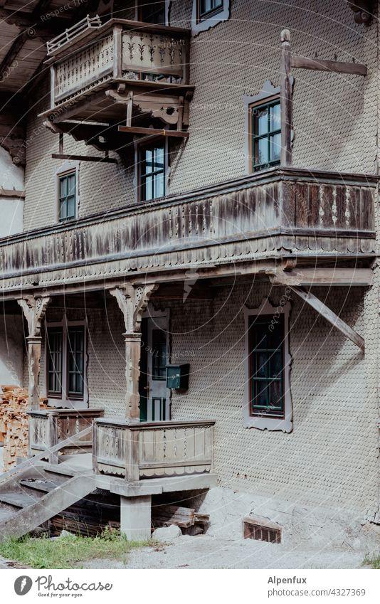 Damals Holzbalkon altes haus Haus altes Haus Architektur Gebäude Menschenleer Fassade Außenaufnahme Dorf Holzhaus Schindeln Schindelwand schindelfassade