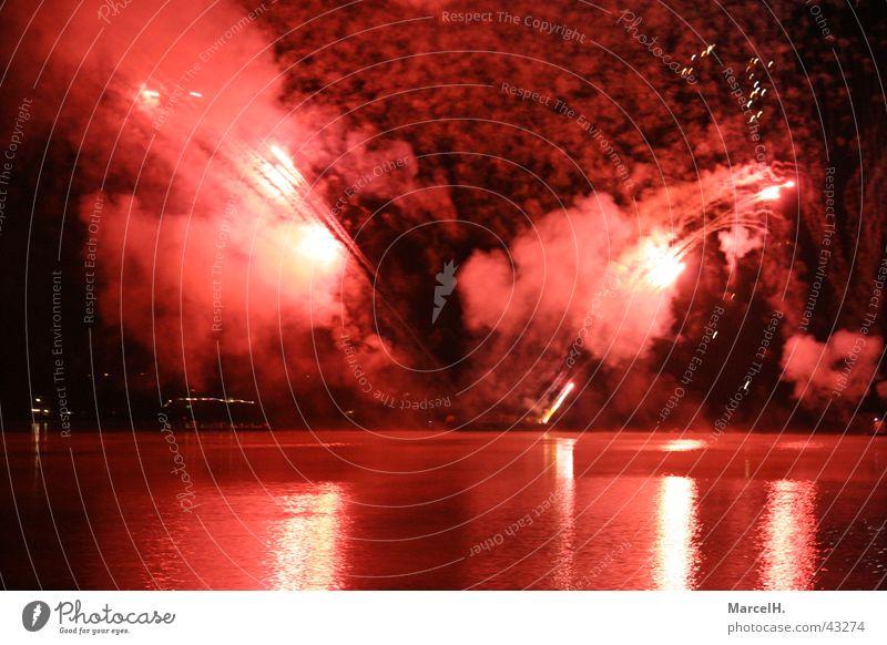 Feuerwerk 2 Wasser rot Feste & Feiern Party Silvester u. Neujahr Explosion Knall
