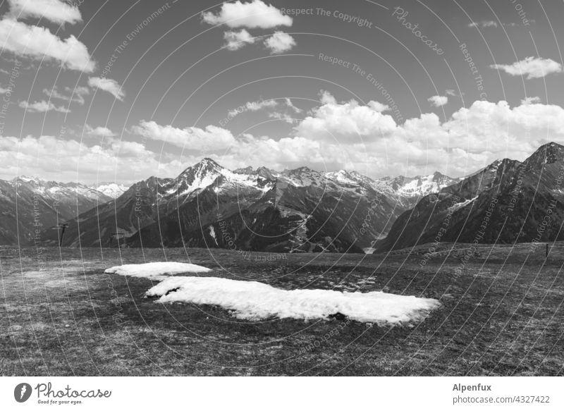 Schnee von vorgestern - wieso liegst du hier noch rum - geh doch nach Hause Berge u. Gebirge Aussicht Panorama (Aussicht) altschnee Alpen Wolken Gipfel