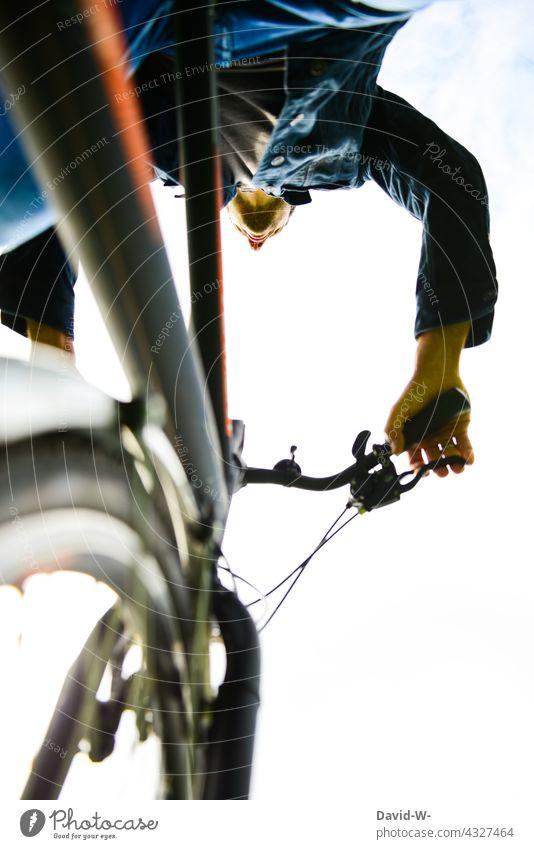 Mann fährt mit dem Fahhrad Fahrradfahren Rad besonders Bewegung Fahrradtour Wege & Pfade unterwegs Mobilität Froschperspektive