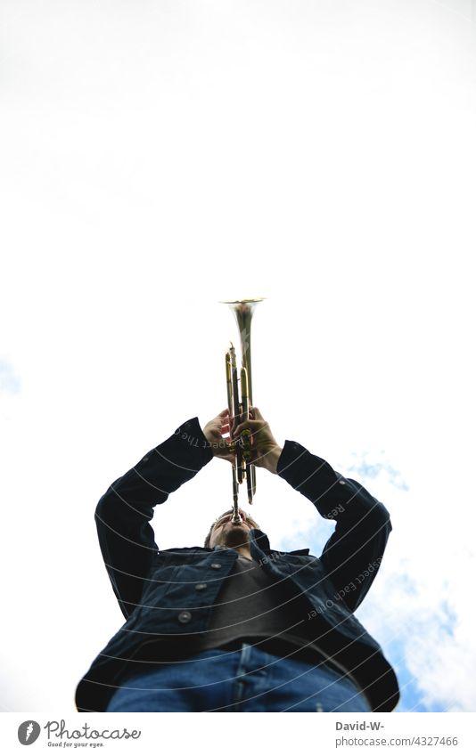 Trompeter - Signal mit der Trompete spielen fanfare Musik Musiker Musikinstrument musizieren Mann Kunst Klang Melodie Kultur