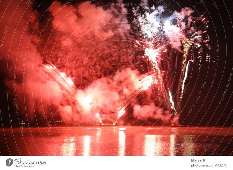 Feuerwerk Silvester u. Neujahr Party Explosion Knall rot Wasser Spieglung Feste & Feiern Bums