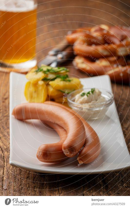 Frankfurter Würstchen auf rustikalem Holz Wurst frankfurter Sauce Rettich Meerrettich heiß drei Kartoffelsalat Salat bayerisch Bayern wiener Hintergrund weiß