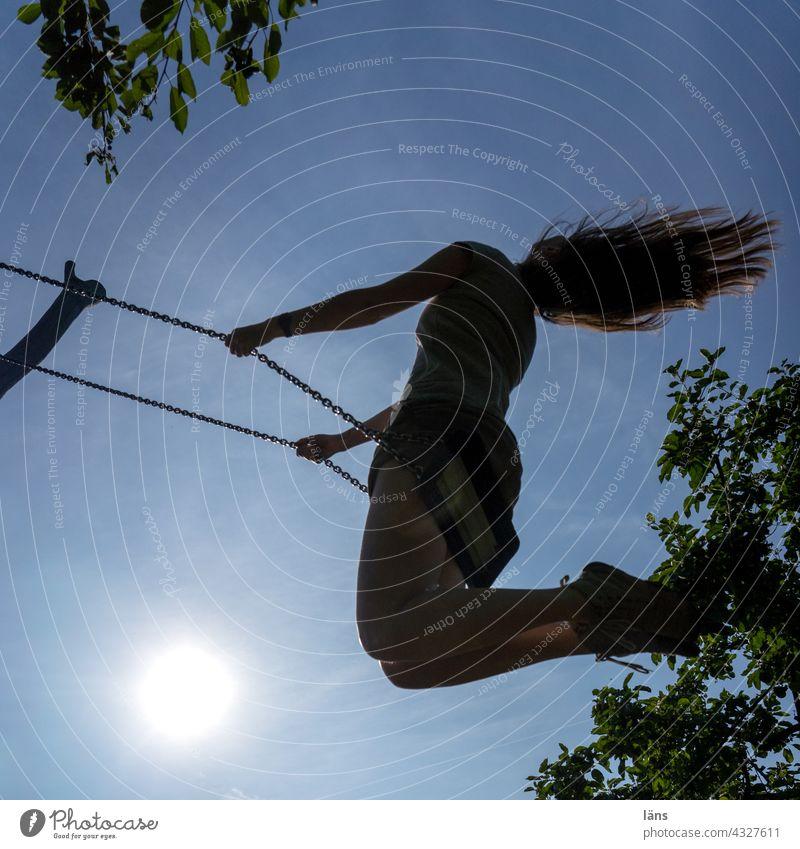 schaukeln l Parktour HH 2021 Schaukel Frau hochhinaus fliegendes haar schwungvoll Spielplatz Farbfoto Kinderspiel Lebensfreude Bewegung Textfreiraum unten