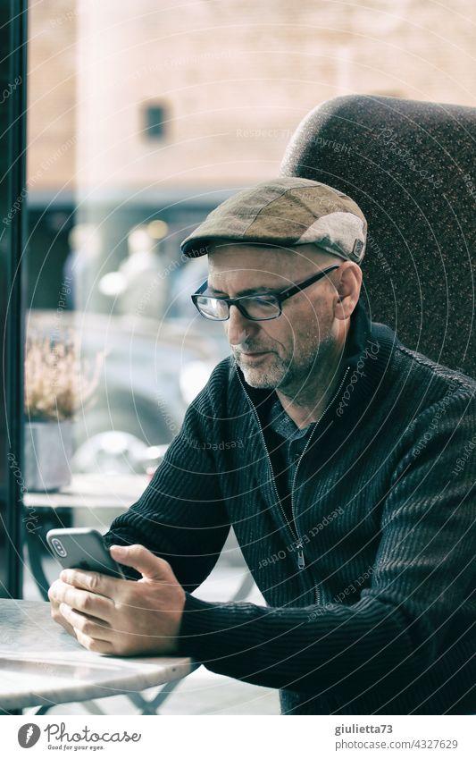 Einsamer Mann mit Brille sitzt im Café und schaut auf sein Handy | UT HH 19 Männlicher Senior maskulin Erwachsene Mensch 45-60 Jahre Leben Hoffnung