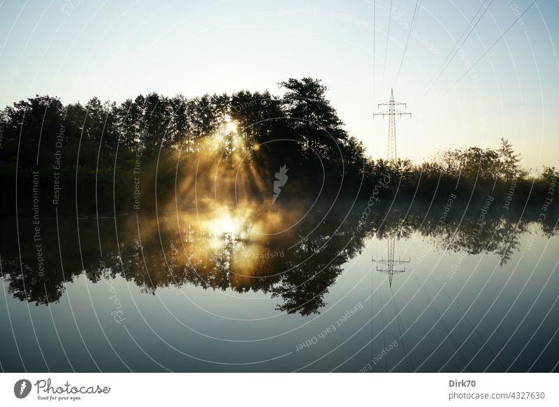 Sonnenaufgang mit Wald, Wasser und Strommast Nebel Nebelschleier Sonnenlicht Sonnenstrahlen Energie Elektrizität Himmel Energiewirtschaft Außenaufnahme