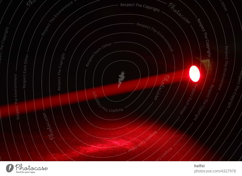 Laserpoint einer Lichtschranke mit roten Hintergrund Rot strahlen Strahl digital Schatten Technik & Technologie Elektrisches Gerät Laser-Abtastsystem Club