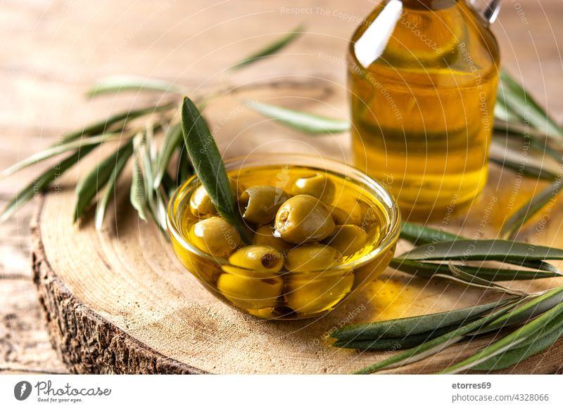 Natives Olivenöl Flasche und grüne Oliven Lebensmittel frisch Glas golden Gesundheit Bestandteil Italienisch Blätter liquide mediterran natürlich Erdöl oliv