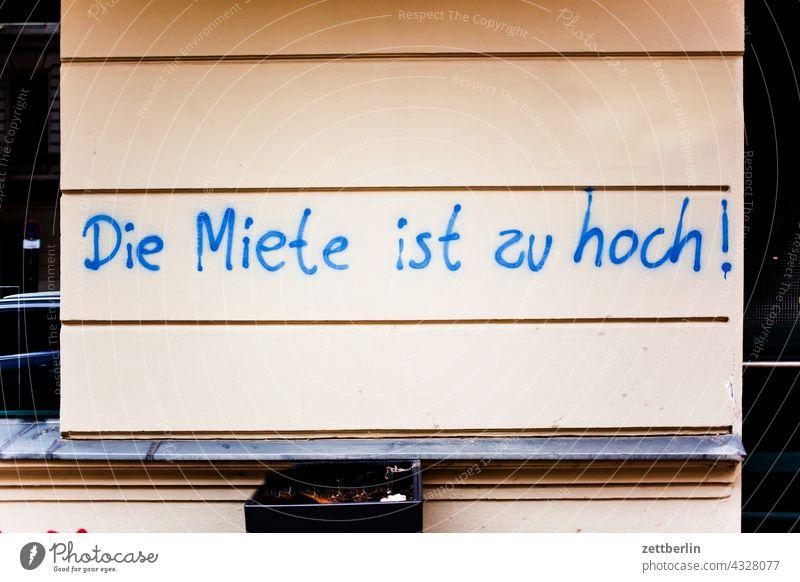 Die Miete ist zu hoch! aussage botschaft farbe gesprayt grafitti grafitto illustration kunst mauer message nachricht parole politik sachbeschädigung schrift