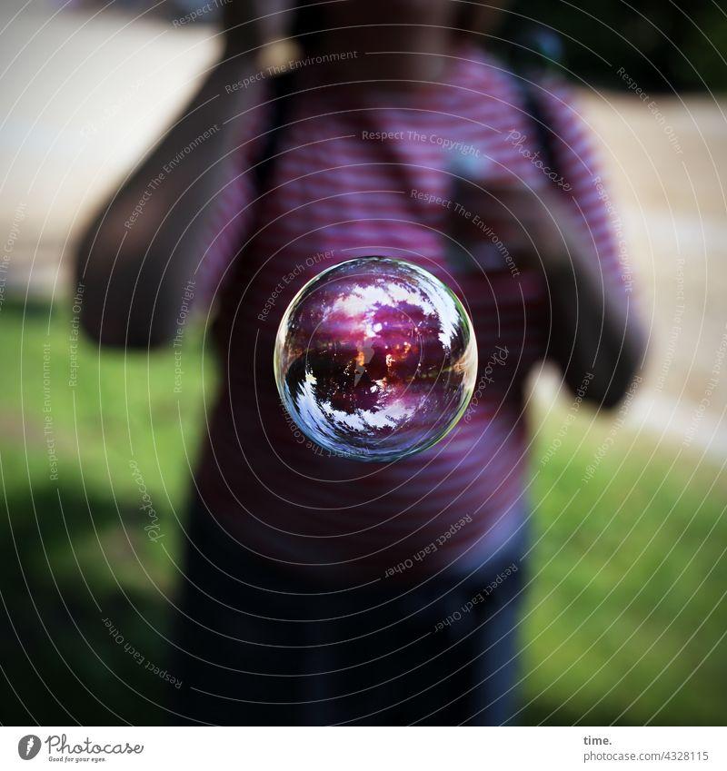 ParkTourHH21 | Die Welt in einer Kugel (return) Seifenblase frau wiese halbschatten sonnig reflexion spiegelung effekt glänzen spiegeln