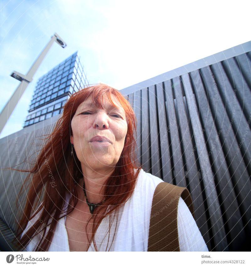 ParkTourHH21 | Rauchzeichen rauchen frau rothaarig hemd hochhaus lampe wand portrait langhaarig