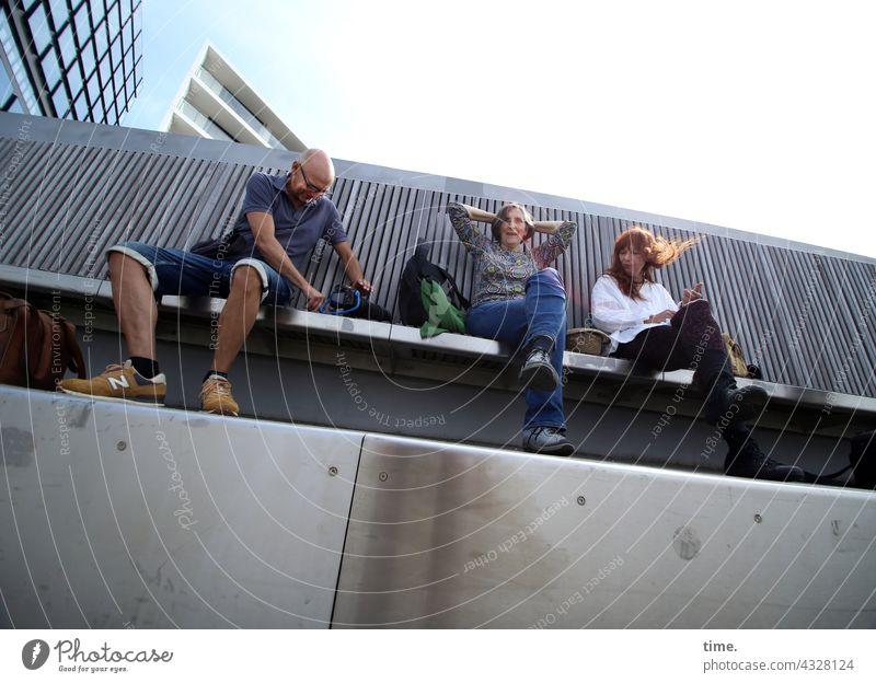 ParkTour HH21 | lange Bank brücke sitzen urban frau mann hochhaus froschperspektive ausruhen pause sitzbank beton holz himmel sonnig sonnenlicht