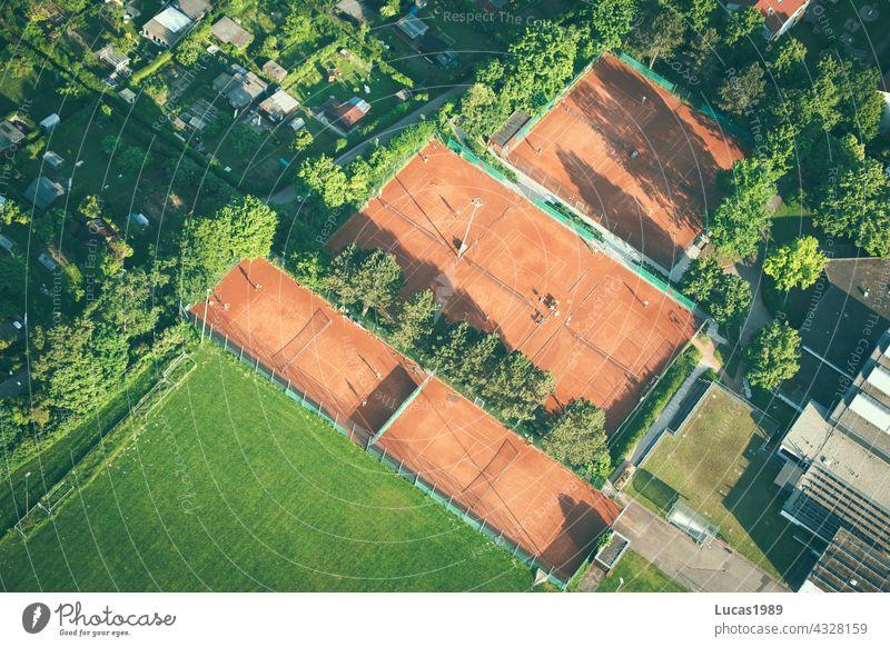 Tennisplatz von oben Wald Vogelperspektive Ballonfahrt Sonnenuntergang Straße Wege & Pfade entdecken Abenteuer Expedition hoch in der Luft Natur leise still