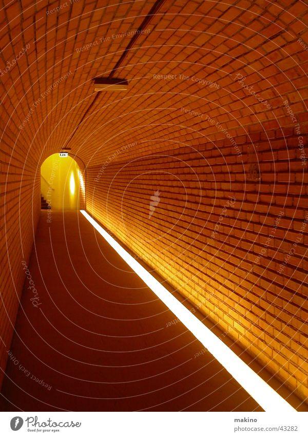 den Gang entlang... (1) rot Wand Stein Linie Architektur leer Bodenbelag Tunnel Backstein Wegweiser Lichtspiel Gang Durchblick Illumination Durchgang