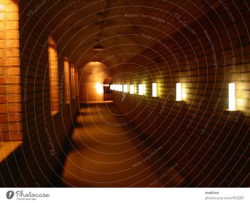 den Gang entlang... Licht dunkel Fenster Tunnel Höhle Architektur Stein Sand Felsen
