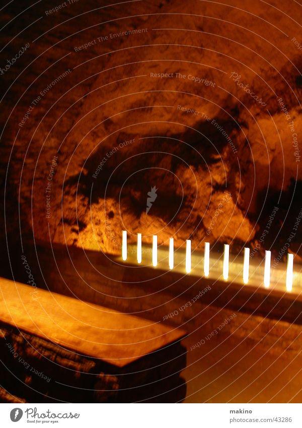 Felsengrotte dunkel Holz Stein Sand Architektur Kerze Bank Höhle