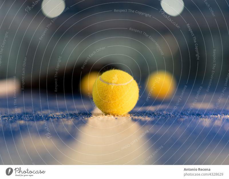 Paddle-Tennis-Ball auf blauem Platz Paddel Tenis Schaufel te nios Padel Objekt Gericht keine Menschen Nacht Turnier Sport aports Erholung niemand im Freien