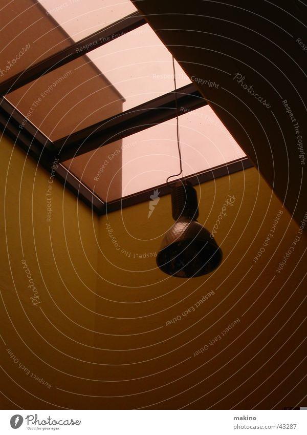 Bitte mehr Licht. Wand Lampe Gebäude Fenster dunkel Architektur Kabel Abend