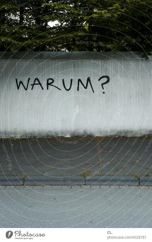 warum? Frage Fragen Fragezeichen Wand Schriftzeichen ratlos Rätsel Irritation Kommunikation Bedeutung Neugier Buchstaben Zweifel sinnsuche