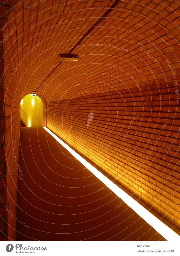 den Gang entlang... (2) rot Wand Stein Linie Architektur leer Bodenbelag Tunnel Backstein Flur Wegweiser Lichtspiel Gang Durchblick Illumination