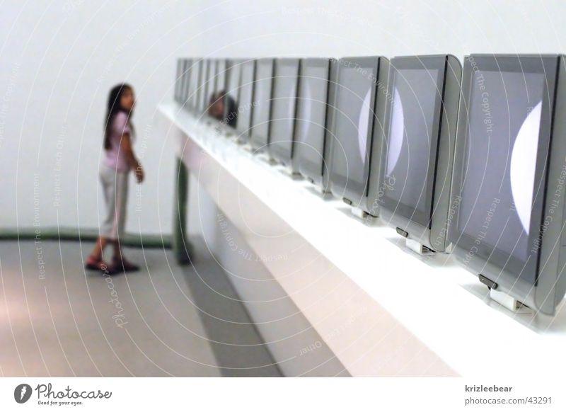 kinder.tv weiß Mädchen mehrere viele Neugier Sauberkeit Technik & Technologie Kind Bildschirm Interesse TFT-Bildschirm