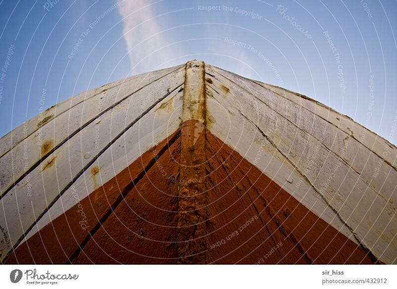 Vordersteven Schifffahrt Fischerboot Segelboot Kiel Rumpf Schiffsplanken Rost Streifen alt historisch Spitze blau braun rot weiß aufwärts himmelblau
