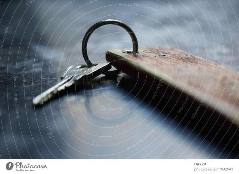 Schlüssel zu .... Ferien & Urlaub & Reisen weiß Einsamkeit schwarz kalt grau Holz Stein Metall braun glänzend Tourismus ästhetisch Kreis Sicherheit retro