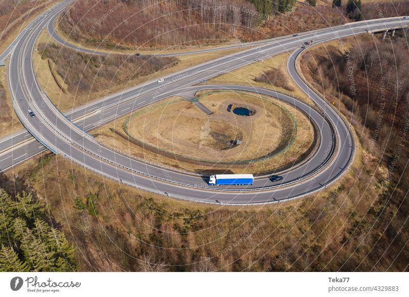 ein LKW auf einer Autobahnlandschaft von oben Lkw auf der Autobahn Autos Raserei Transport Transport von oben moderne Autobahn Beton Autobahnausfahrt