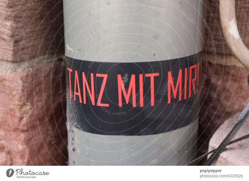 TANZ MIT MIR! Tanzen Aufkleber aufkleber Menschenleer Schilder & Markierungen Außenaufnahme Hinweisschild Buchstaben Kommunizieren Typographie Mitteilung