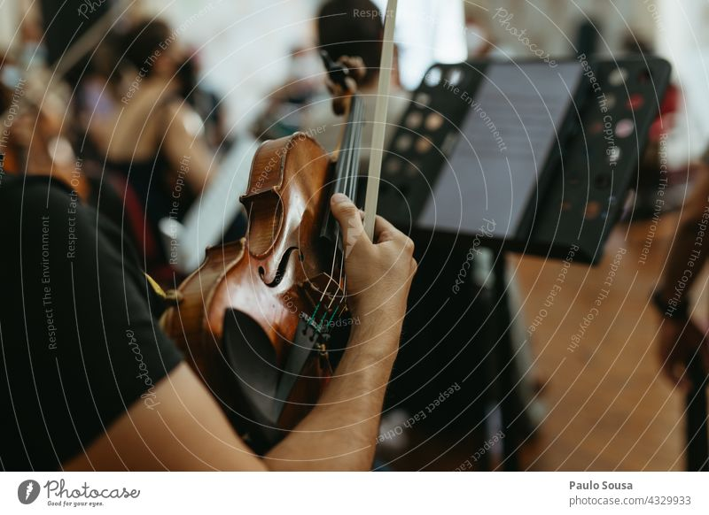 Musiker hält Geige Geiger Musikinstrument unkenntlich Musik hören Detailaufnahme Kunst Orchester Klassik Saite Farbfoto Streichinstrumente Konzert Menschenleer