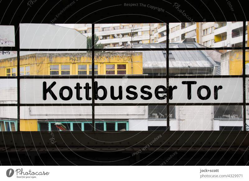 vom Bahnhof Kottbusser Tor zum Zentrum Kreuzberg fenster architektur Fassade Berlin Ausblick Silhouette Hintergrund neutral Strukturen & Formen Strebe Symmetrie