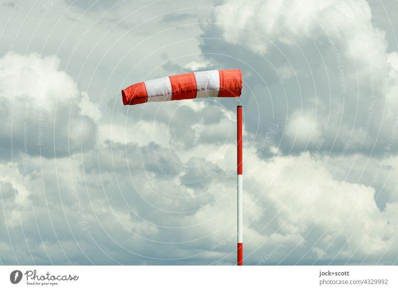 Windsack zeigt die Windrichtung offener Schlauch Windgeschwindigkeit Mast Wolken Himmel aufgeblasen Lee Luv Klima Natur Schönes Wetter Umwelt Luft