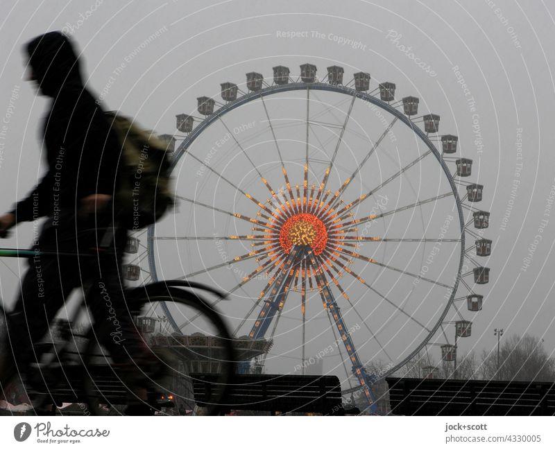 ein Wintertag am Riesenrad geht zu Ende Silhouette Fußgänger Fahrrad Mensch Strukturen & Formen Fahrgeschäfte gehen Jahrmarkt Berlin-Mitte hoch Feste & Feiern